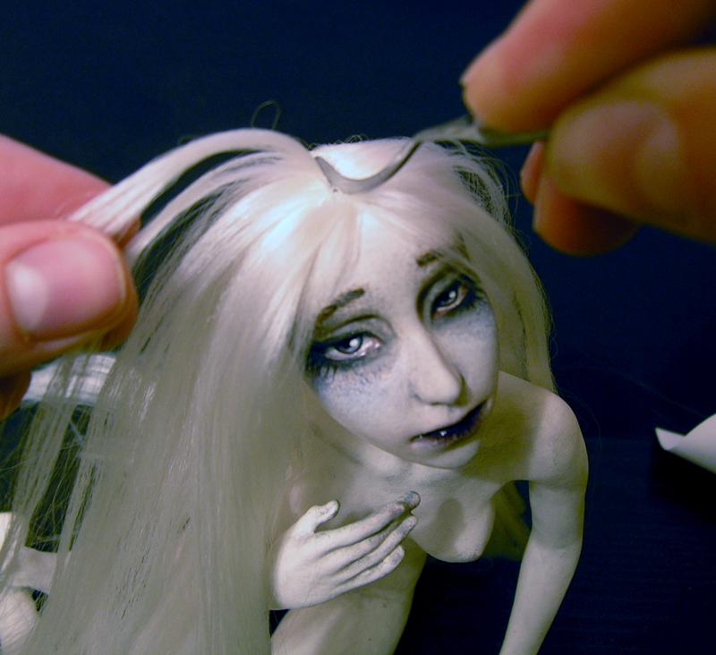 Как уложить кукле волосы